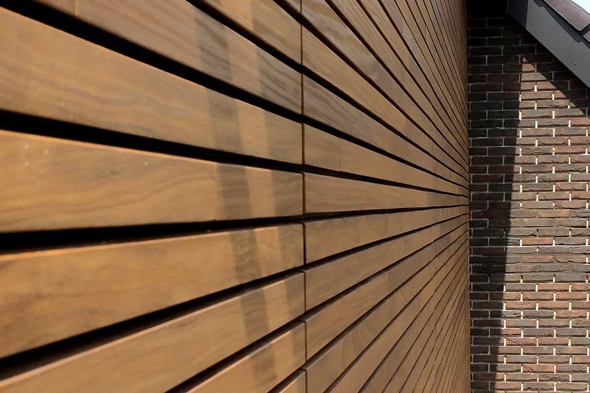 houten-garagedeur-en-voordeur-in-de-gevel-3