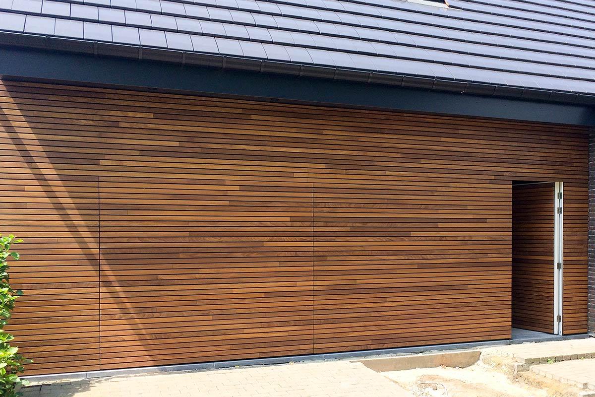 houten-garagedeur-en-voordeur-in-de-gevel-4