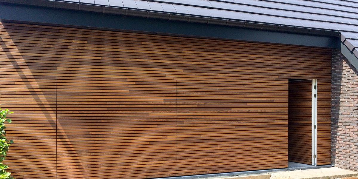 houten-garagedeur-en-voordeur-in-de-gevel-header1