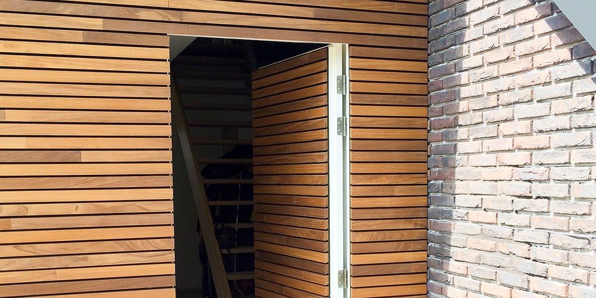 houten-garagedeur-en-voordeur-in-de-gevel-31