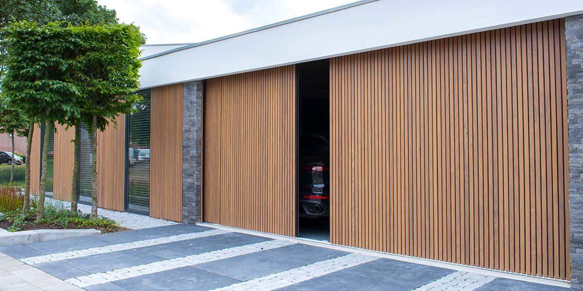 Dubbele-houten-zijwaartse-garagedeur-van-afrormosia-latten-9