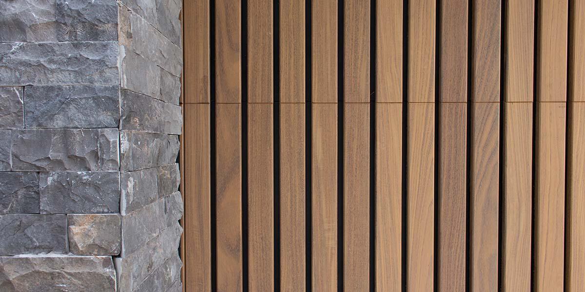 Dubbele-houten-zijwaartse-garagedeur-van-afrormosia-latten-13