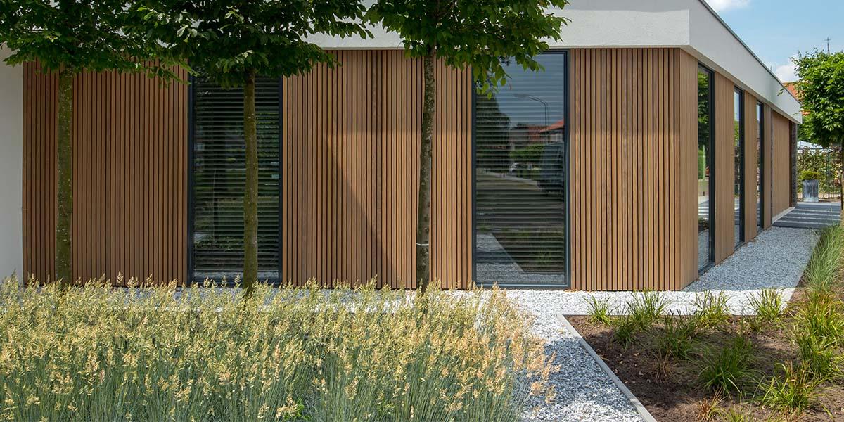 Dubbele-houten-zijwaartse-garagedeur-van-afrormosia-latten-19