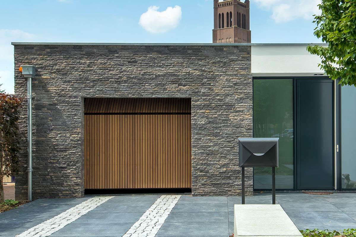 Dubbele-houten-zijwaartse-garagedeur-van-afrormosia-latten-c
