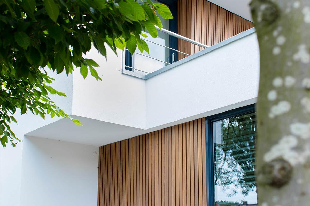 Dubbele-houten-zijwaartse-garagedeur-van-afrormosia-latten-d