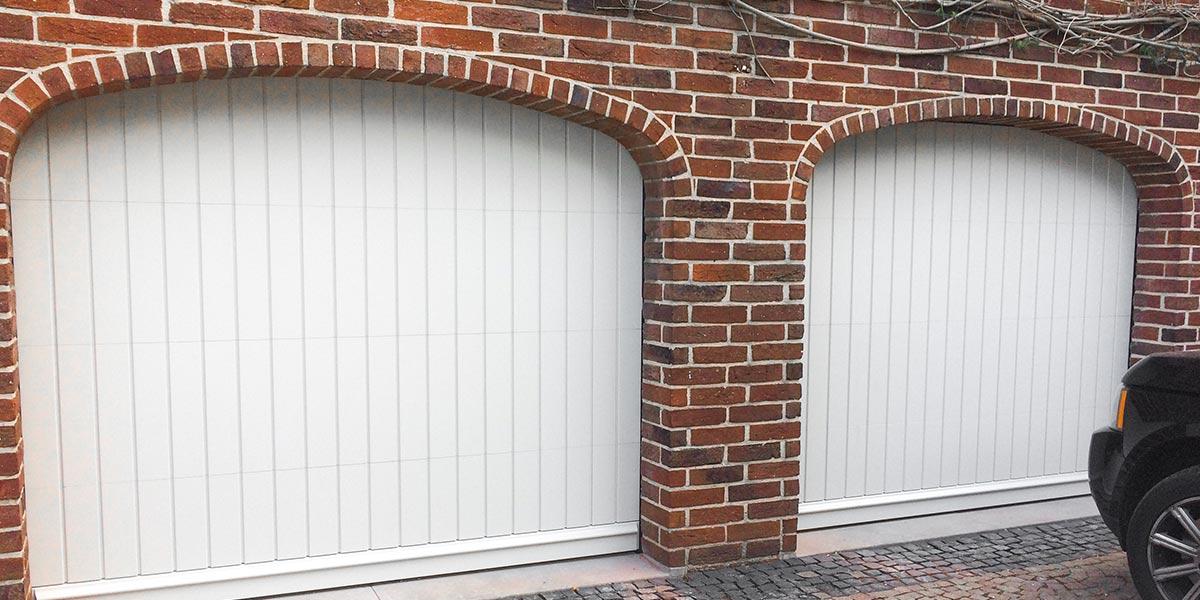 witte-houten-sectionaaldeur-klassiek-verticale-profilering-0