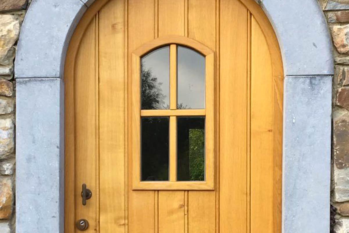 Eiken-garagedeur-en-voordeur-in-dezelfde-stijl-1