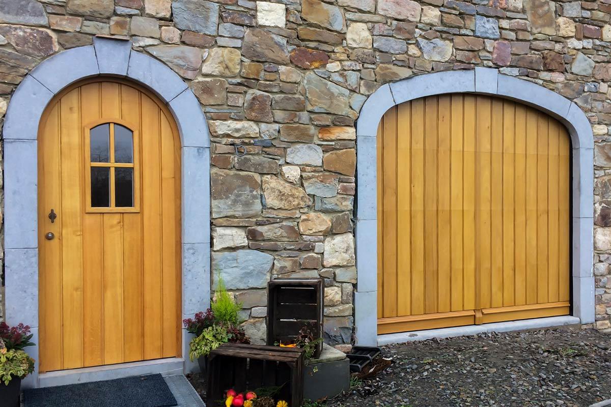 Eiken-garagedeur-en-voordeur-in-dezelfde-stijl-2