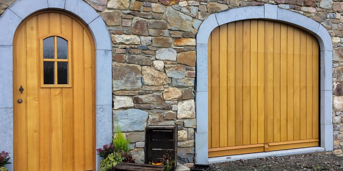 Eiken-garagedeur-en-voordeur-in-dezelfde-stijl-51
