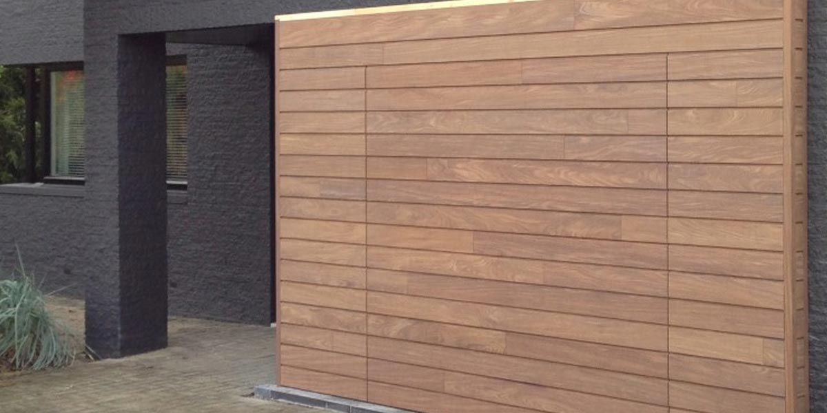 elektrisch-houten-garagedeur-met-gevelbekleding-3