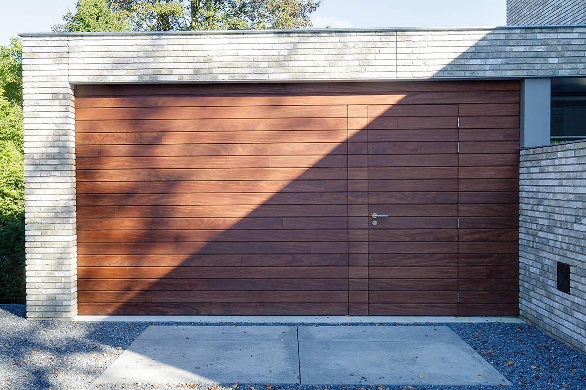 houten-garage-deur-afrormosia-gevelbekleding-voordeur-3
