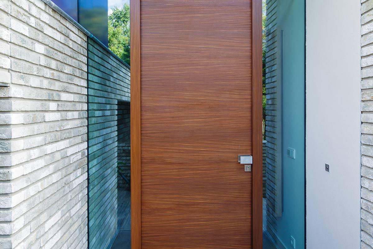 houten-garage-deur-afrormosia-gevelbekleding-voordeur-4