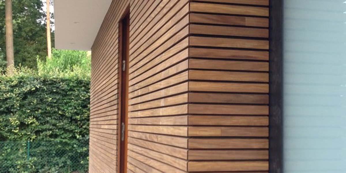 elektrische-houten-sectionaalpoort-en-houten-loopdeur-geintegreerd-in-de-gevel_0002_Laag-13