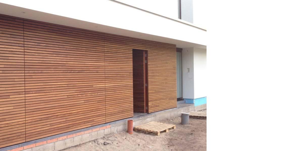 elektrische-houten-sectionaalpoort-en-houten-loopdeur-geintegreerd-in-de-gevel_0008_Laag-6