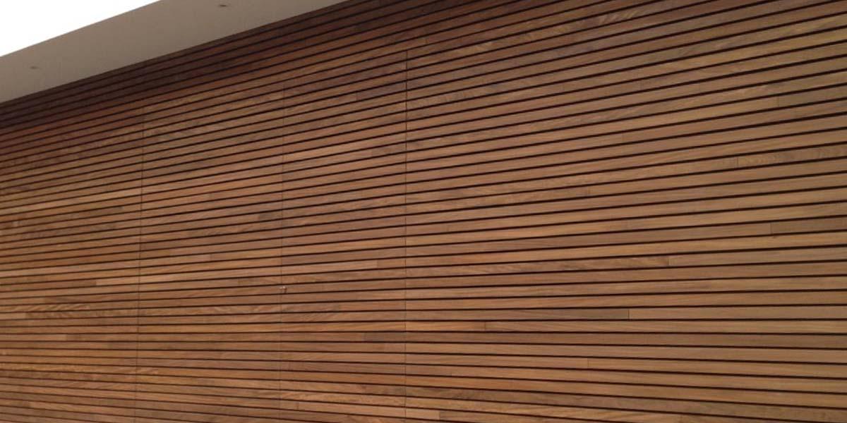 elektrische-houten-sectionaalpoort-en-houten-loopdeur-geintegreerd-in-de-gevel_0010_Laag-4