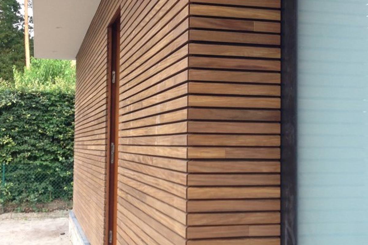 elektrische-houten-sectionaalpoort-en-houten-loopdeur-geintegreerd-in-de-gevel_3