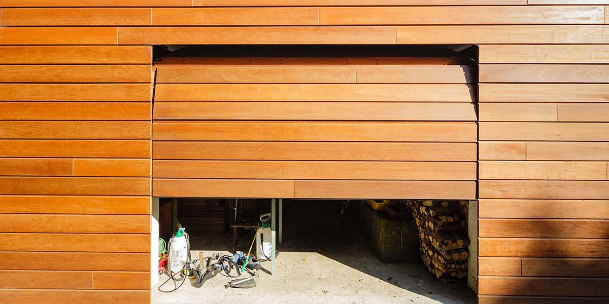 Twee-houten-sectionaaldeuren-in-één-lijn-met-de-gevel-2