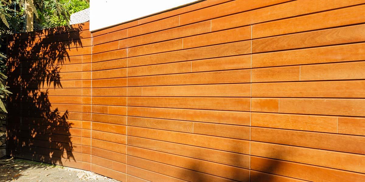 Twee-houten-sectionaaldeuren-in-één-lijn-met-de-gevel-3