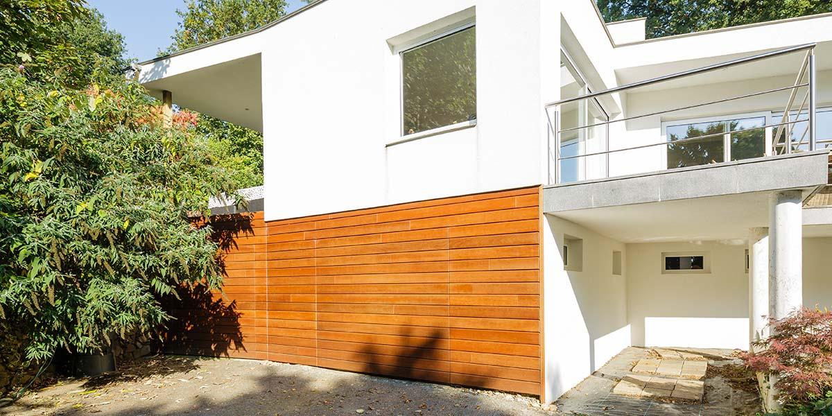 Twee-houten-sectionaaldeuren-in-één-lijn-met-de-gevel-4