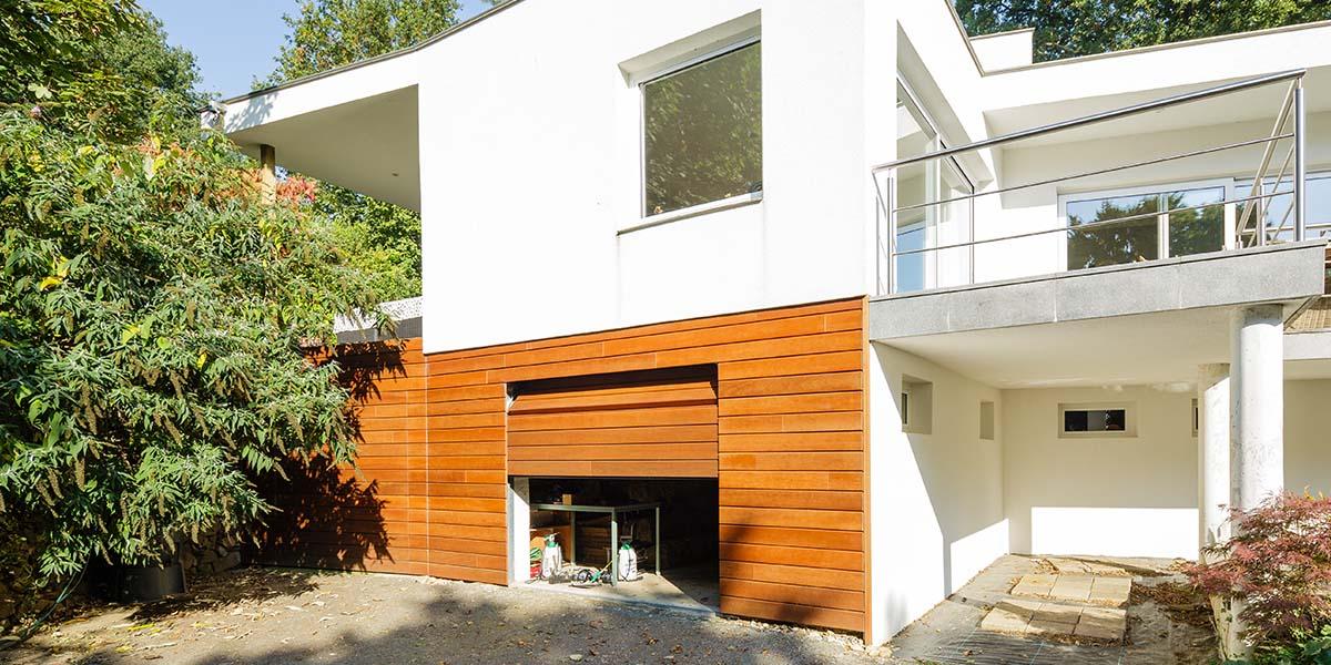 Twee-houten-sectionaaldeuren-in-één-lijn-met-de-gevel-5