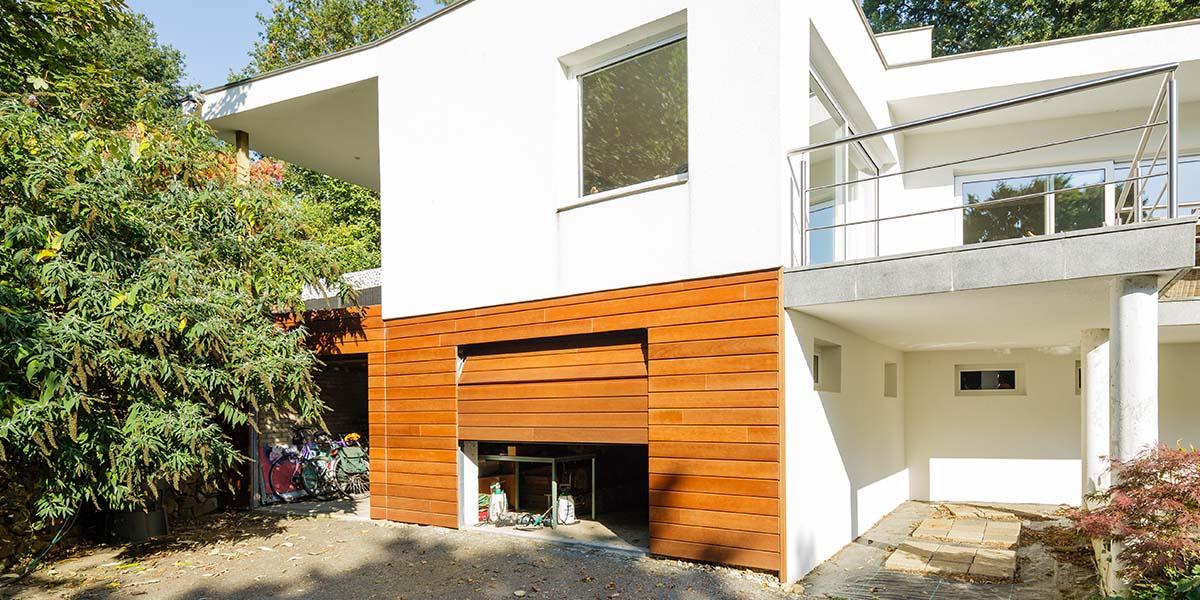 Twee-houten-sectionaaldeuren-in-één-lijn-met-de-gevel-6