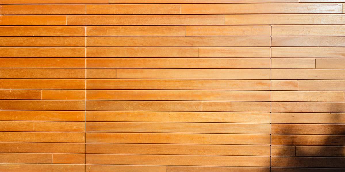 Twee-houten-sectionaaldeuren-in-één-lijn-met-de-gevel-1