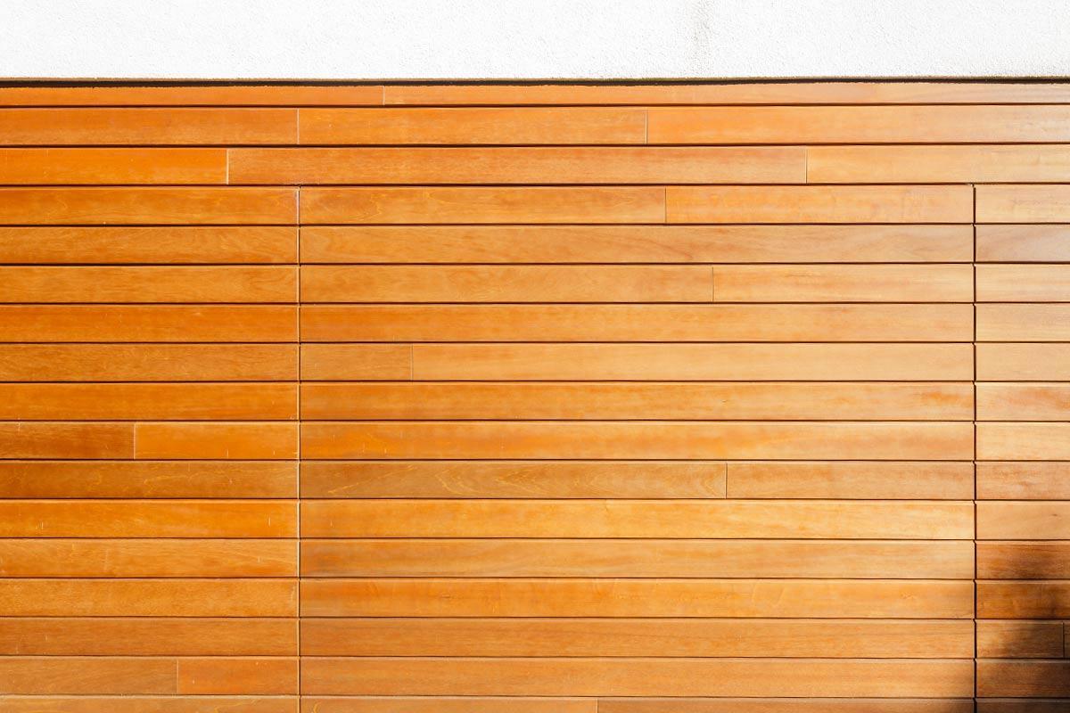 elektrische-houten-sectionaalpoort-en-houten-loopdeur-geintegreerd-in-de-gevel_4