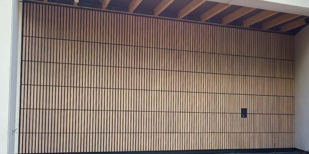houten-sectionaaldeur-verticaal-bamboe-4