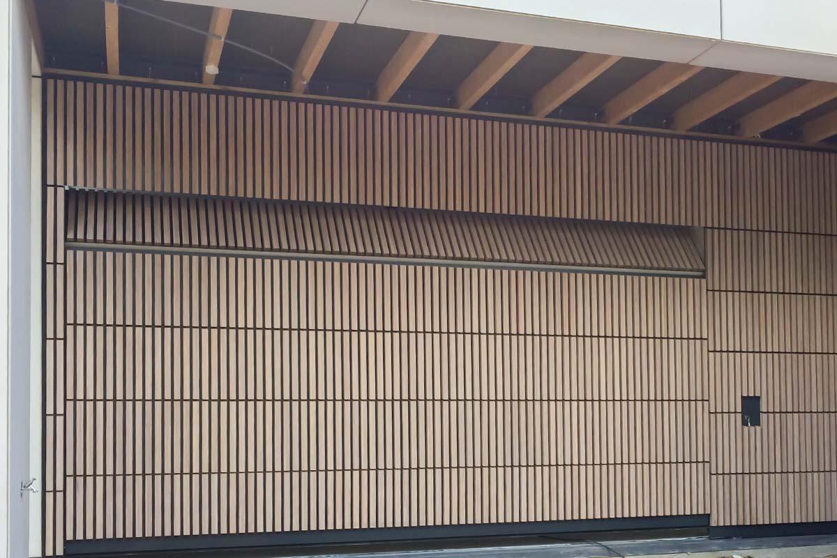 houten-sectionaaldeur-verticaal-bamboe-3