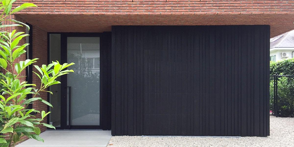 Zwarte-houten-sectionaal-garagedeur-verticaal-geprofileerd-header1