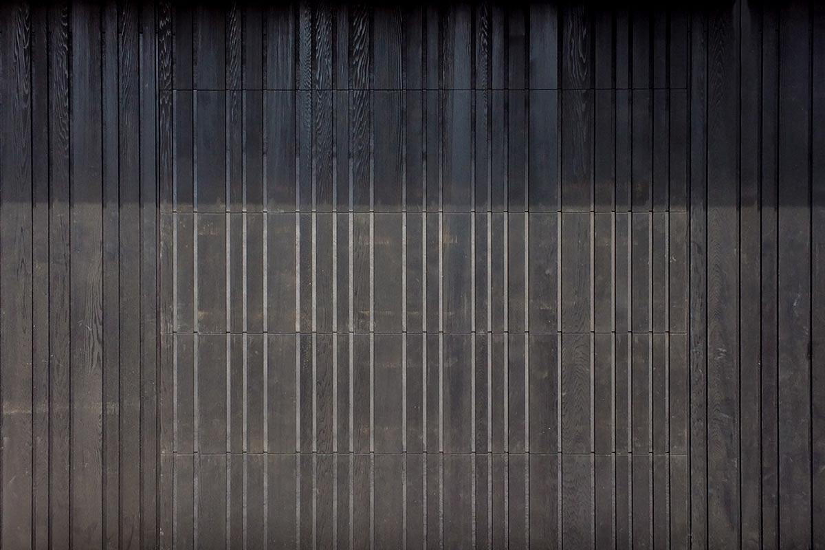Zwarte-houten-sectionaal-garagedeur-verticaal-geprofileerd-22