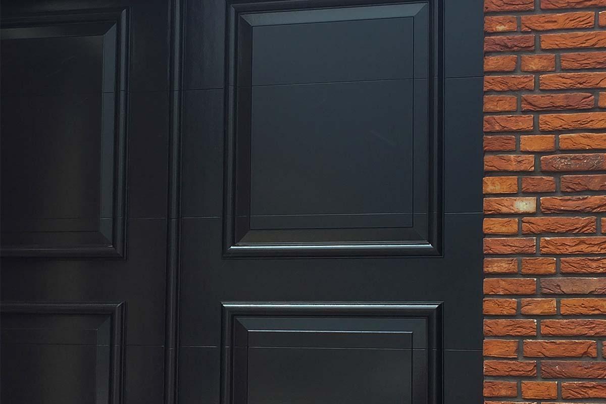 Elektrische-openslaande-garagedeur-uitgevoerd-als-sectionaaldeur-02