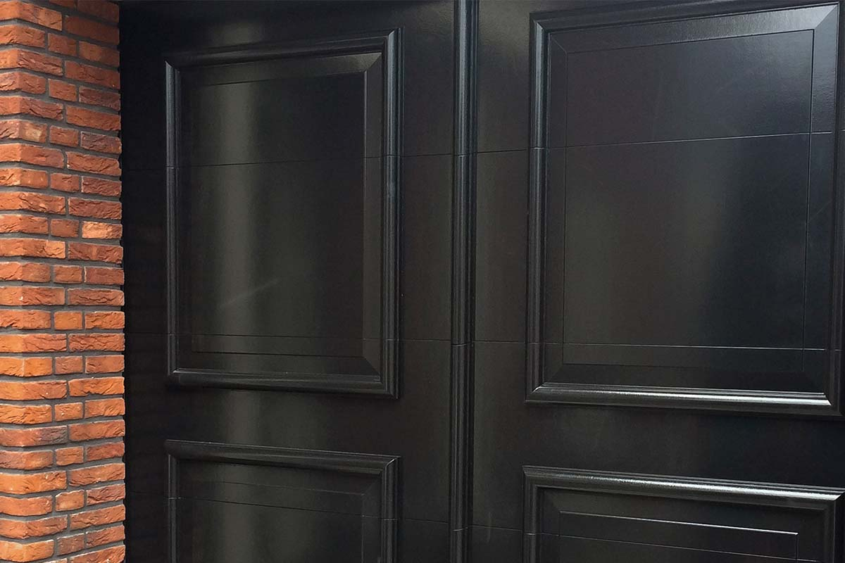 Elektrische-openslaande-garagedeur-uitgevoerd-als-sectionaaldeur-04