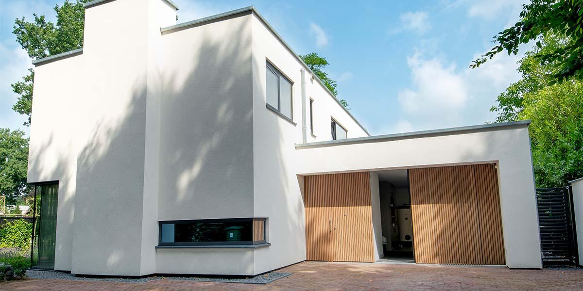 Houten-zijwaartse-sectionaaldeur-en-loopdeur-van-Afrormosia-hout-19