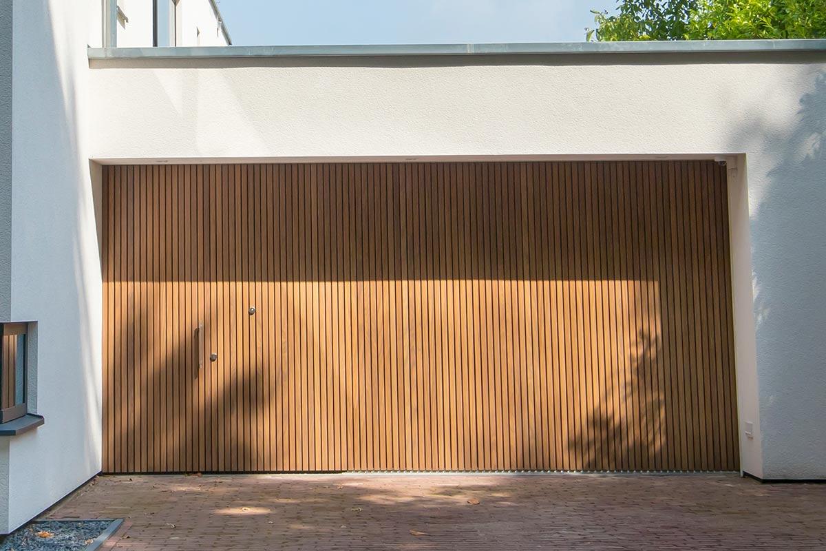 Houten-zijwaartse-sectionaaldeur-en-loopdeur-van-Afrormosia-hout-1