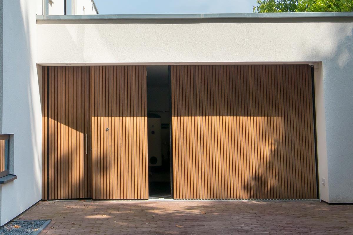 Houten-zijwaartse-sectionaaldeur-en-loopdeur-van-Afrormosia-hout-2