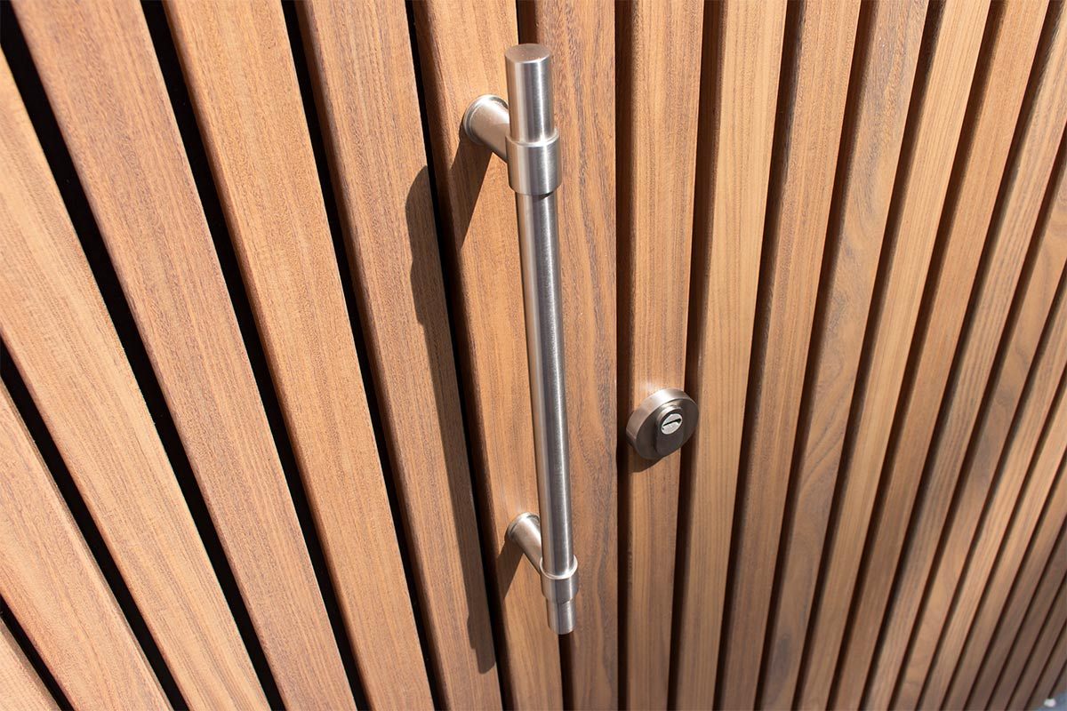 Houten-zijwaartse-sectionaaldeur-en-loopdeur-van-Afrormosia-hout-4