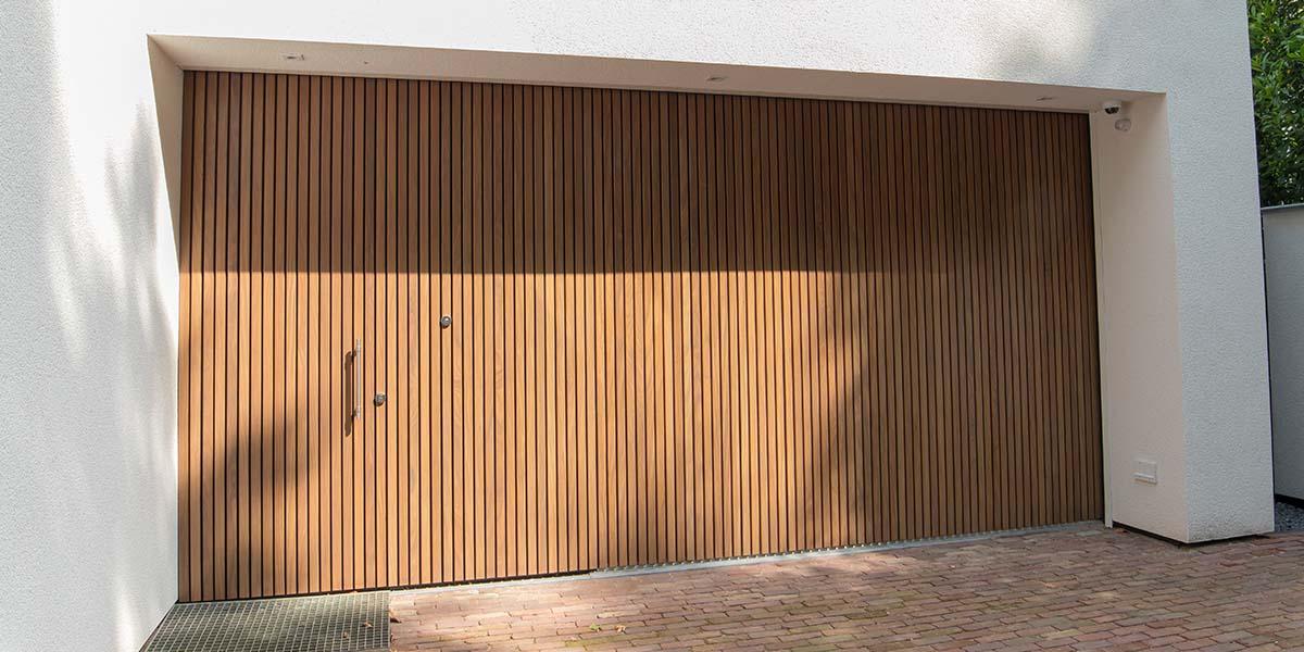 Houten-zijwaartse-sectionaaldeur-en-loopdeur-van-Afrormosia-hout-1a