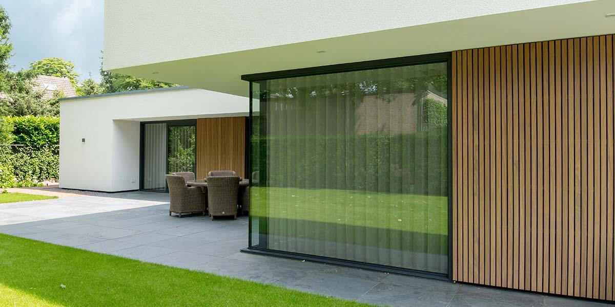 Houten-zijwaartse-sectionaaldeur-en-loopdeur-van-Afrormosia-hout-21