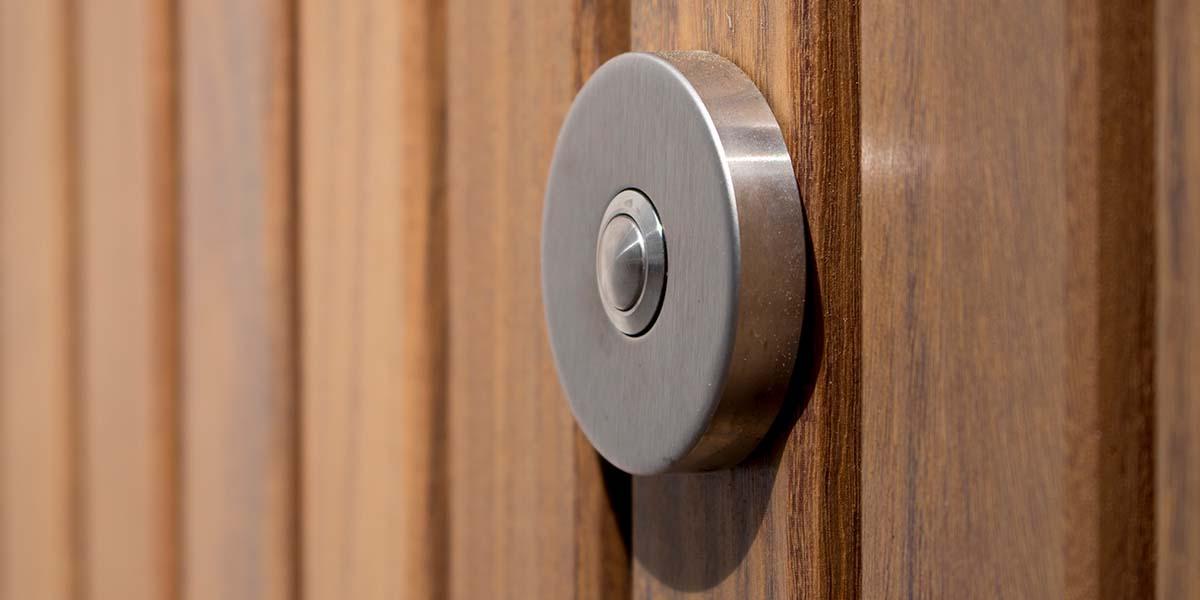 Houten-zijwaartse-sectionaaldeur-en-loopdeur-van-Afrormosia-hout-7