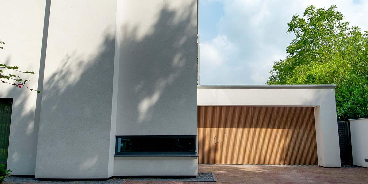 Houten-zijwaartse-sectionaaldeur-en-loopdeur-van-Afrormosia-hout-13