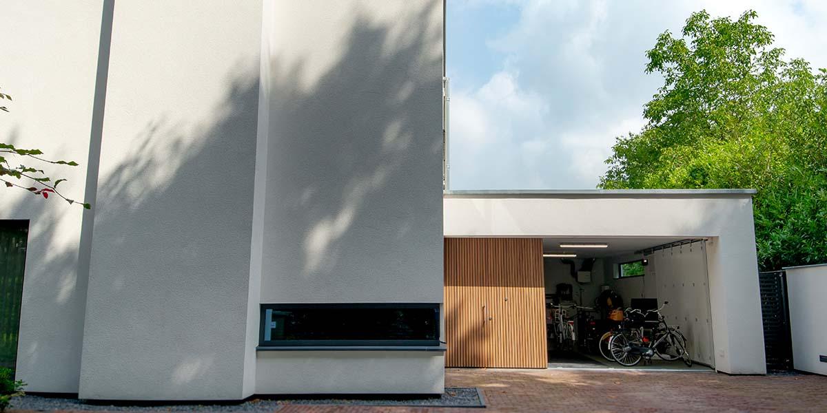 Houten-zijwaartse-sectionaaldeur-en-loopdeur-van-Afrormosia-hout-17