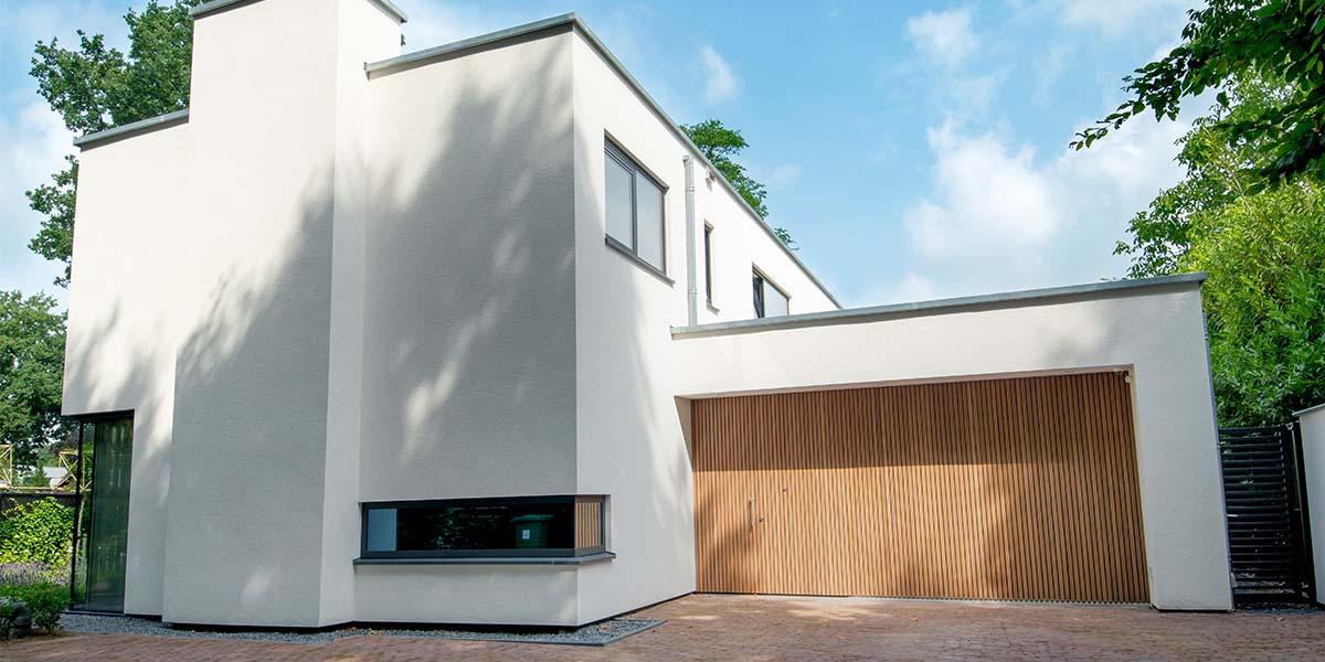 Houten-zijwaartse-sectionaaldeur-en-loopdeur-van-Afrormosia-hout-211