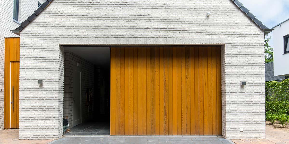 Zijwaartse-sectionaaldeur-van-Red-Cedar-hout-9