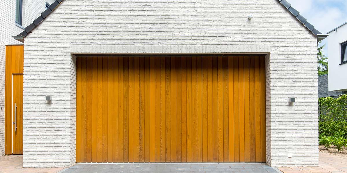 Zijwaartse-sectionaaldeur-van-Red-Cedar-hout-10