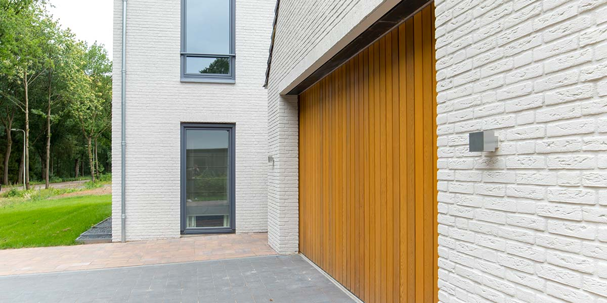 Zijwaartse-sectionaaldeur-van-Red-Cedar-hout-11