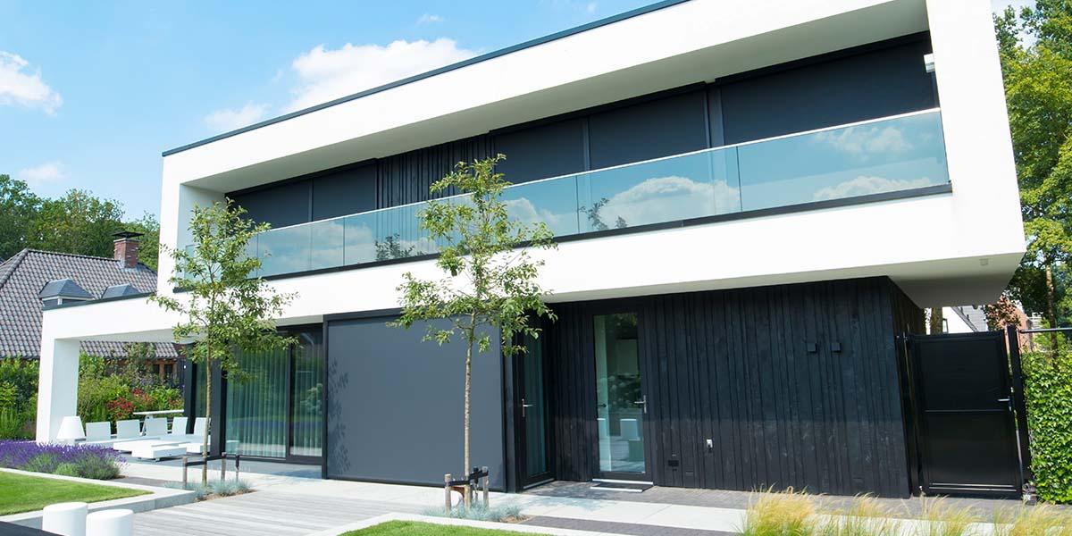 Zwarte-houten-garagedeur-verticaal-geprofileerd-in-drie-breedtes-gelijk-met-gevel-31