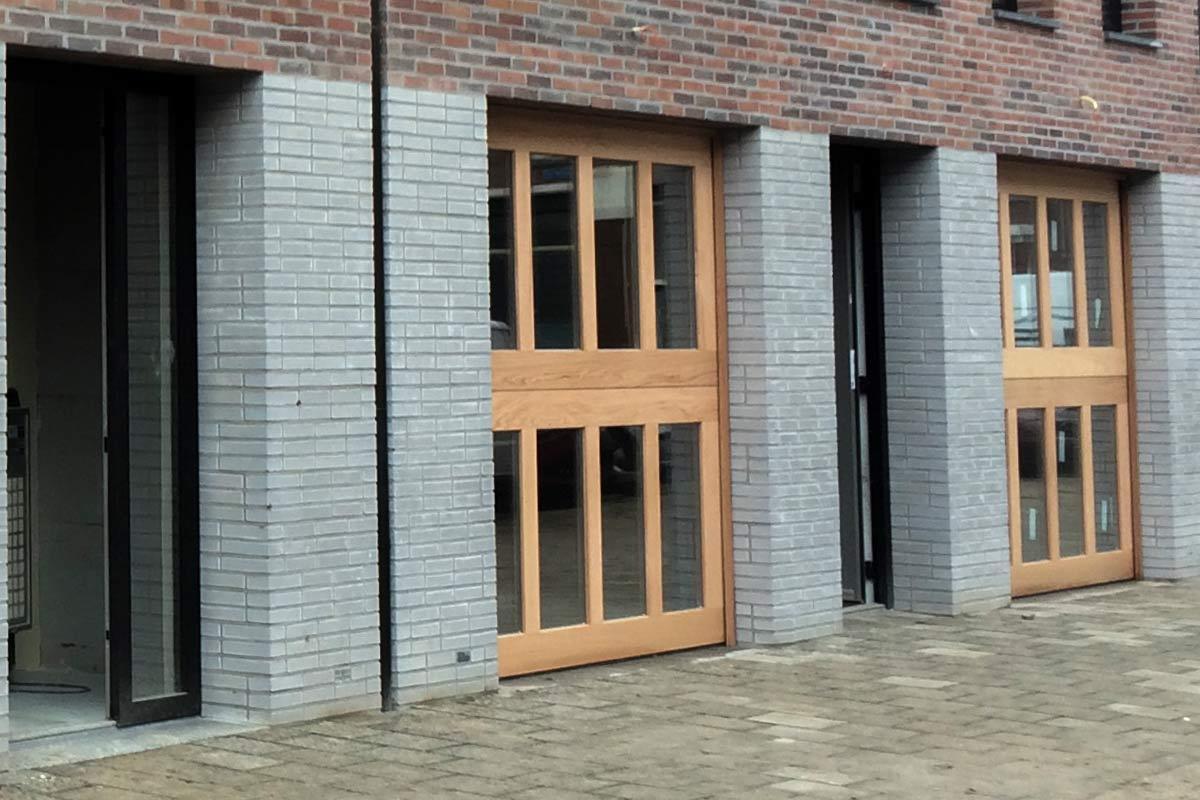 Houten-sectionaaldeuren-met-2-panelen-geheel-voorzien-van-isolatieglas