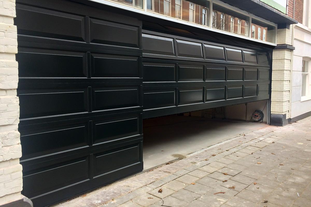 Houten-sectionaaldeur-met-cassette-paneel-geïntegreerd-in-de-gevel-4