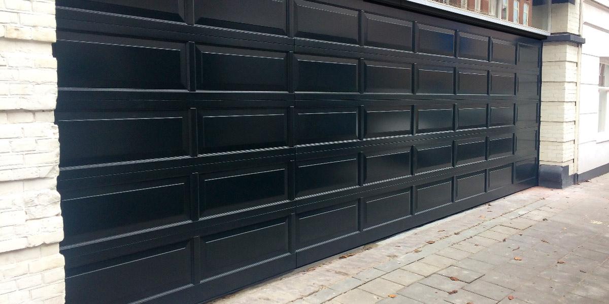 Houten-sectionaaldeur-met-cassette-paneel-geïntegreerd-in-de-gevel2